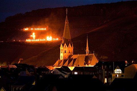 Martinsfeuer und Fackelschaubilder in den Weinbergen über Ahrweiler