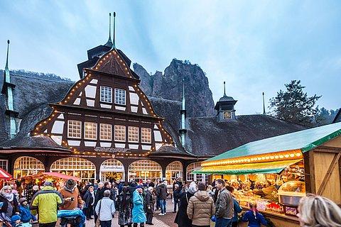 Weihnachtsmarkt Bad Münster am Stein-Ebernburg mit Blick auf den Fels Rheingrafenstein, Nahe