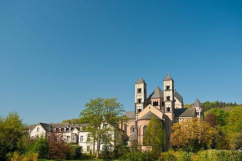 Blick auf die Abtei Maria Laach, Eifel