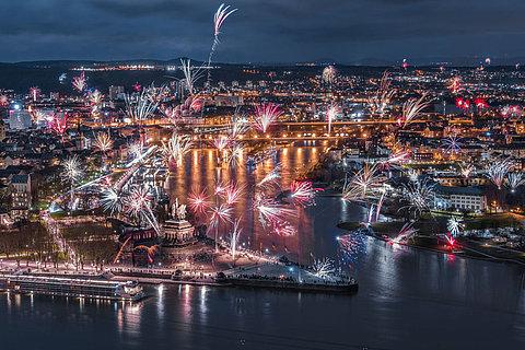 Zahlreiche Feuerwerke erleuchten das deutsche Eck in Koblenz, Romantischer Rhein