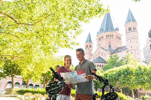Radfahrer vor dem Mainzer Dom in Mainz